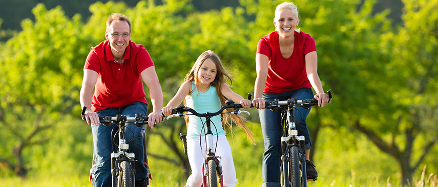 Family-riding-bikes-in-the-park
